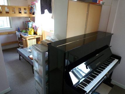 部屋の中心にピアノを設置