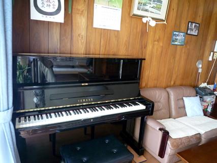 ピアノ後方に壁が薄いベニヤ板